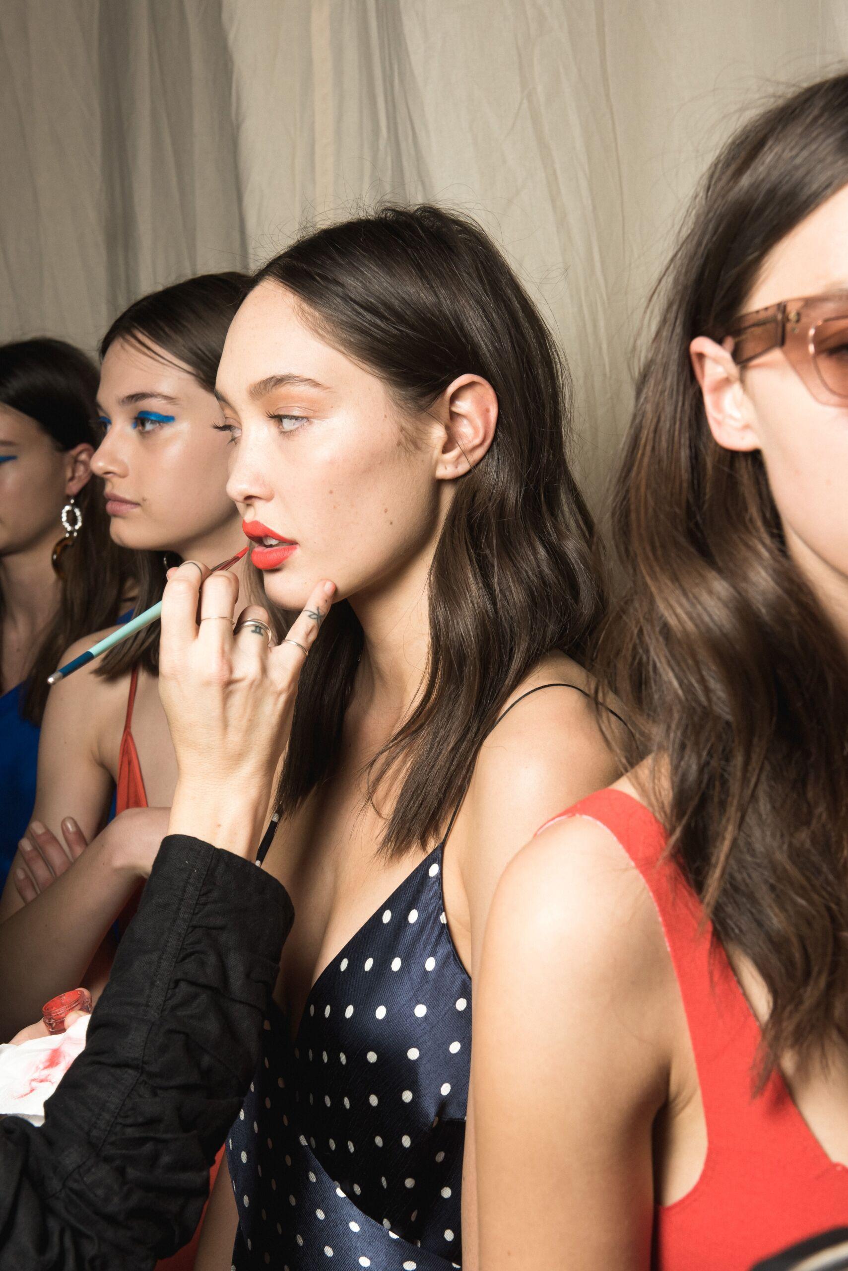kvinnor-som-visar-upp-trendiga-frisyrer | FRANS Hår och Stil